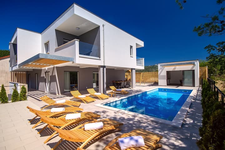 Luxury Villa Tela with heated pool & whirlpool, sauna, darts, table tennis