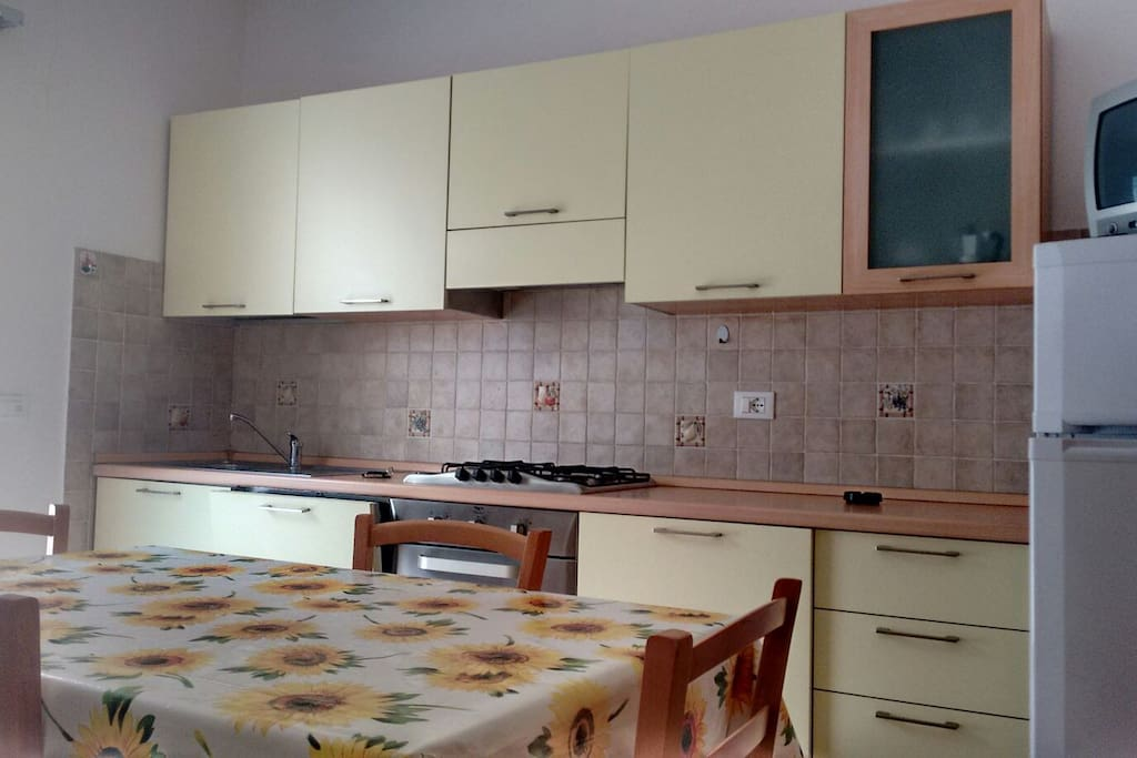 Cucina accessoriata con lavastoviglie