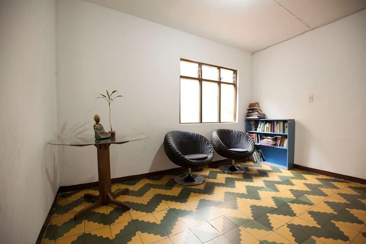 Sala y biblioteca