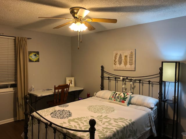 Private Master-room 10 min from downtown & airport