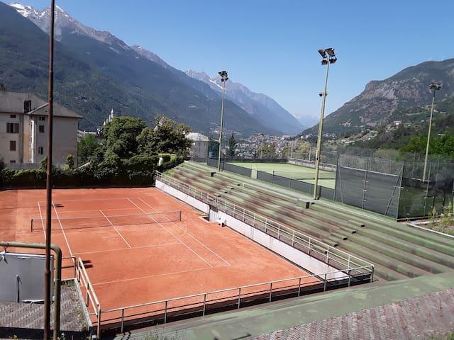la mia casa si affaccia sul campo da tennis del Grand Hotel Billia