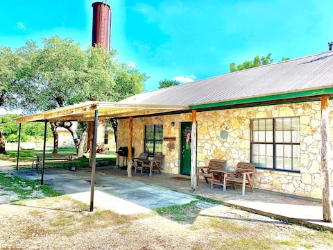 Cozy 1 bedroom cottage right by Gruene!