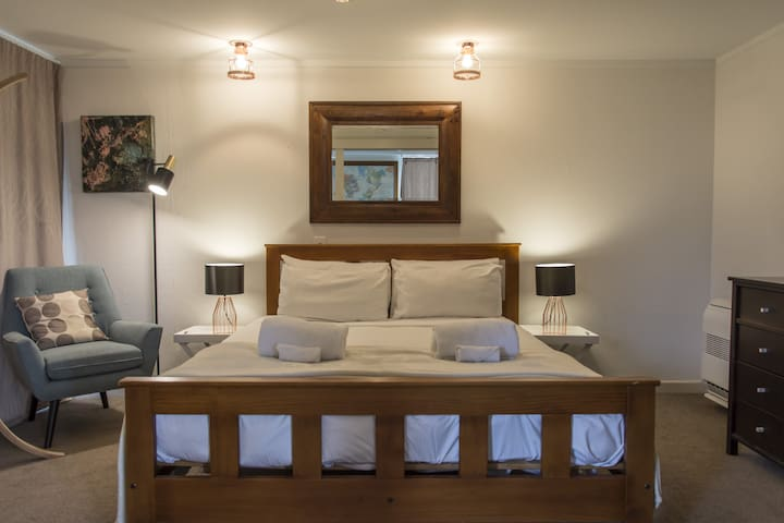 Cosy: shared spa pool and walk to town