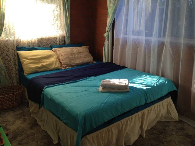 Deluxe Carpeted Queen Room with free breakfast