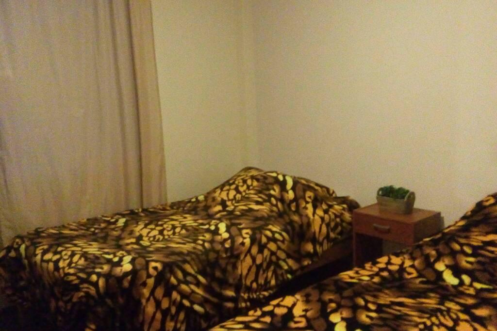 En la segunda habitación se cuenta con dos camas individuales, con dos colchones nuevos y un armario para guardar las prendas de vestir.