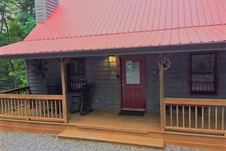 Cozy Cabin Helen convenient to Wineries and Hiking