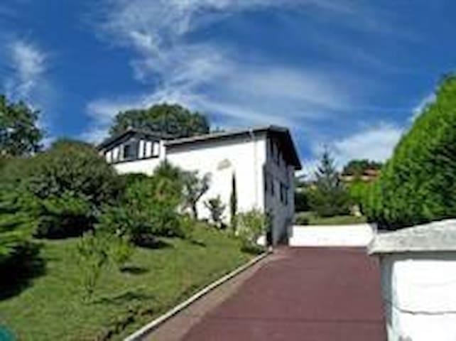 "Villa ""Aguinza"" 5 pièces, 4 chambres, 2 sbains"