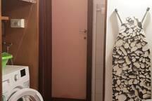Locale lavanderia (con lavatrice, assa e ferro da stiro e zona per il lavaggio a mano con lavabo).