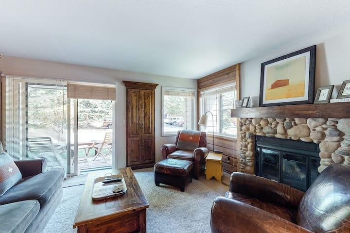 Cozy, polished condo w/ deck & shared outdoor pool - near golf & skiing!