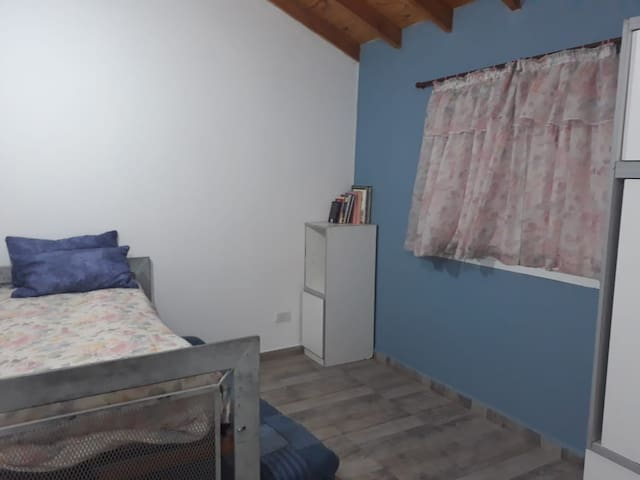 el dormitorio secundario cuenta con dos camas, la inferior tiene ruedas, muy fácil de correr para dejar libre el espacio durante el día.