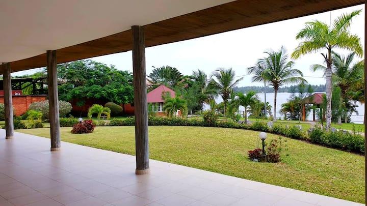 Villa JOY sur 2000m² en bord de lagune à Assinie