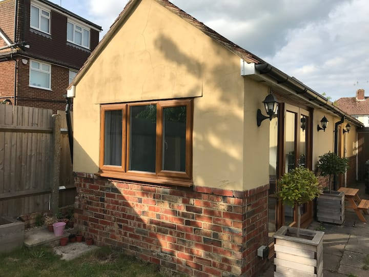 Your own private Annex close to Gatwick Airport