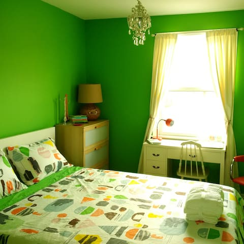 Green room with queen bed in trendy upper Junction - Toronto - Talo