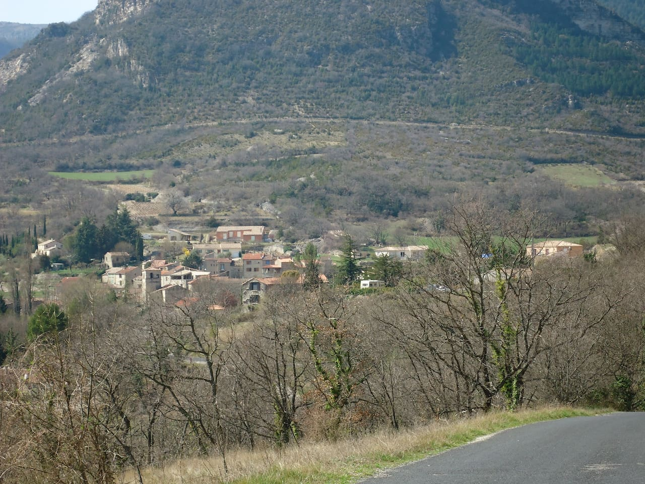 Vue de devant la porte  sur le village