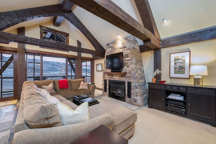 Upper Level. Amazing Mountain Views. Exposed Wooden Beams. EW103