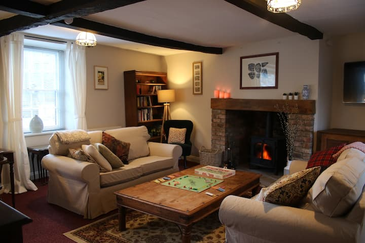 Cosy character cottage - edge of the Cotswolds