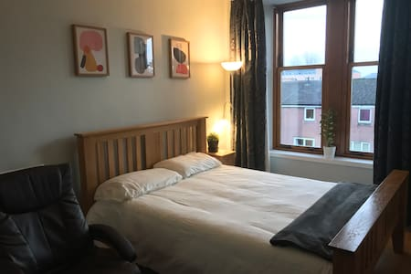 King Size Bed in Modern West End Flat FREE PARKING