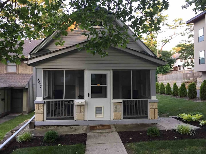 The Bell Bungalow - trendy/convenient location