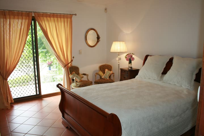 Huxley House Bed and Breakfast - Spearwood