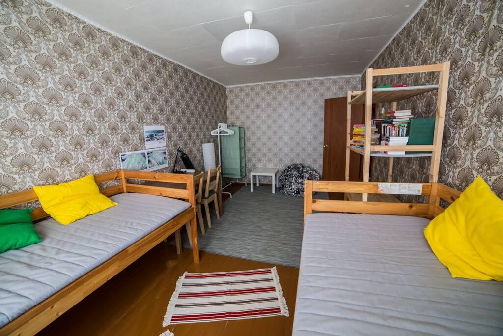 Боьшая комната с кроватями-чердаками (вид вглубь комнаты)