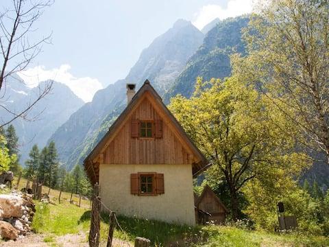 Liten hytte i Viharnik med fjellutsikt