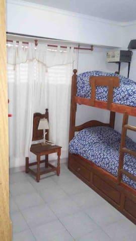 Cuarto de abajo, 3 camas. Ropero. Vista a Acapulco.