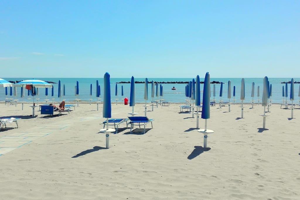 La spiaggia davanti a casa nelle calde giornate primaverili