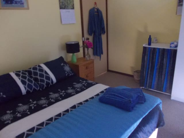 Double room in Private Home - $54 - Wanniassa - Bed & Breakfast