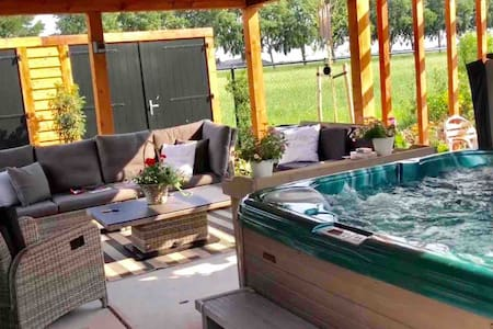 Little Green House met jacuzzi en lounge Utrecht
