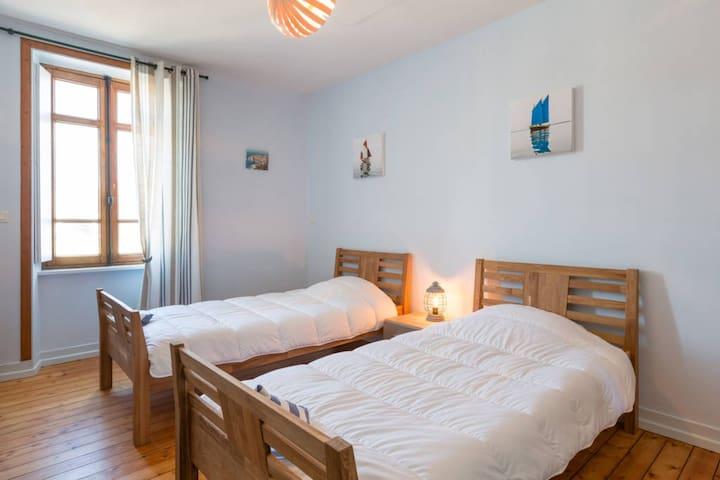 Cette chambre revête un caractère  cosy emprunt d'un esprit de voyage.