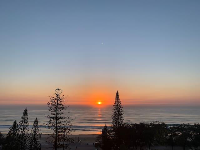 * SURFERS PARADISE* Ocean View Apartment