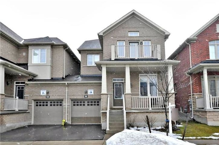 Luxurious 3 BRs house in Richmond Hill