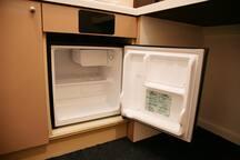 冷蔵庫(冷凍庫)も完備しておりますので、明太子など生もの等の保存に困ることもありません。/ There is also a refrigerator (freezer), so you don't have to worry about storing raw food such as mentaiko. / 냉장고(냉동칸 있음)도 완비되어있으므로 명란젓과 같은 날음식도 보관이 가능합니다./ 附有冰箱,可保存明太子等生食