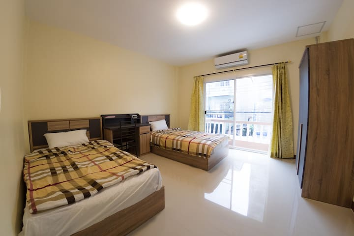 NEW CLEAN & COZY ROOM 5-10 MIN. TO AIRPORT o^_^o