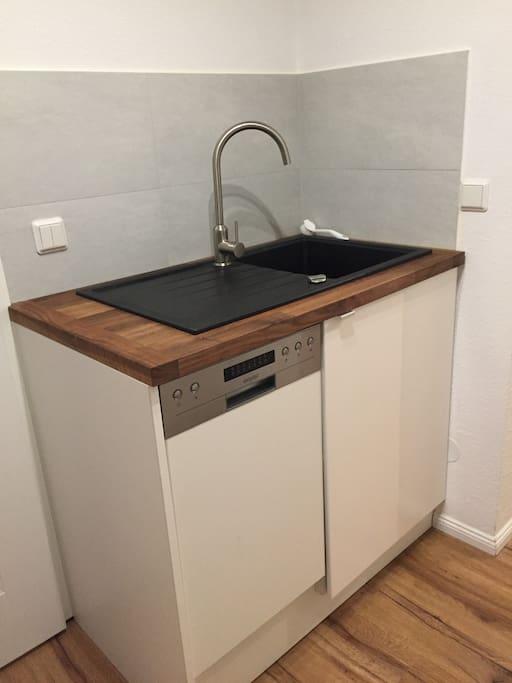 2 Teil der Küche mit Spüle und Geschirrspüler