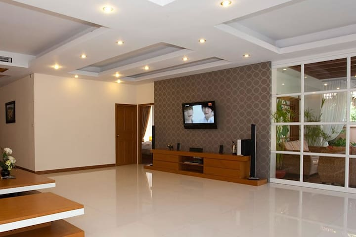 Large Open Plan Living Room with Large Wall Mounted TV Free High Speed Wi-Fi & Cable TV Channels
