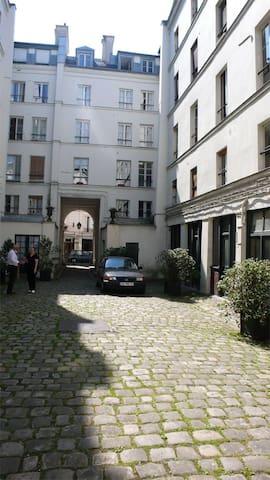 L'appartement est situé en fond de cour fermée, avec accès sécurisé