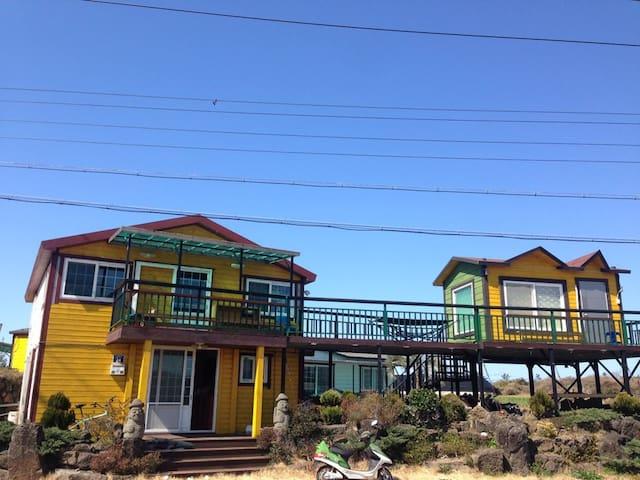 2.NEW OPEN!!! 새로 오픈한 해변 바로 앞 24시간 놀고 먹고 쉬는 게스트하우스 - Daejeong-eup, Seogwipo - Casa de huéspedes