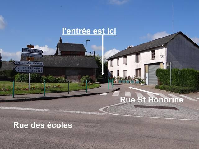 En arrivant de Vascoeuil ou de lyons la Forêt, au carrefour de la rue des écoles et de la rue st Honorine, il faut prendre immédiatement à droite, après la première maison, un chemin gravillonné qui conduit au gîte. une enseigne en marque l'entrée