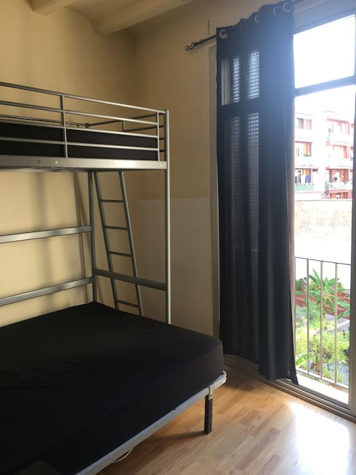 Habitacion mediana con cama grande appartements louer for Louer chambre sans fenetre