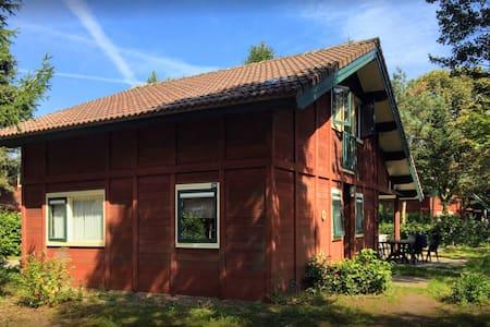 Ruime vrijstaande bungalow in prachtige omgeving.
