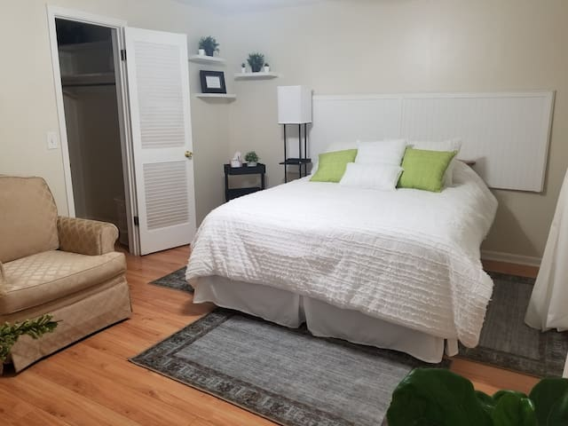 Safe, Quiet, Relaxing Space for Female Guest
