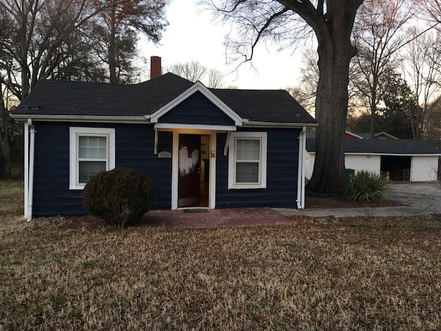 Eclectic Cottage (4 miles) From CLT Airport