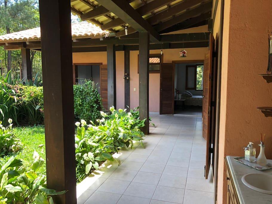 Jardim interno e varanda de acesso aos quartos e suítes.