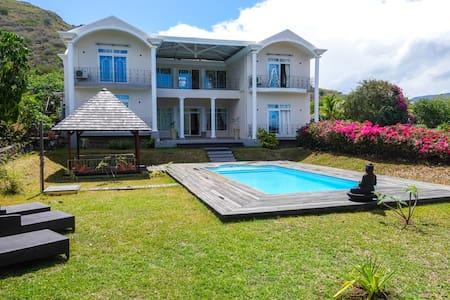 Big 5 Bedrooms Villa Swimming Pool in Black River - Villa