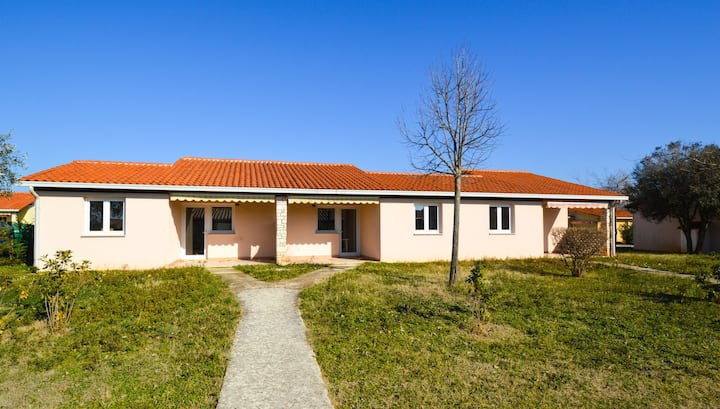 Apt for 4 persons with pool in Fažana R69354