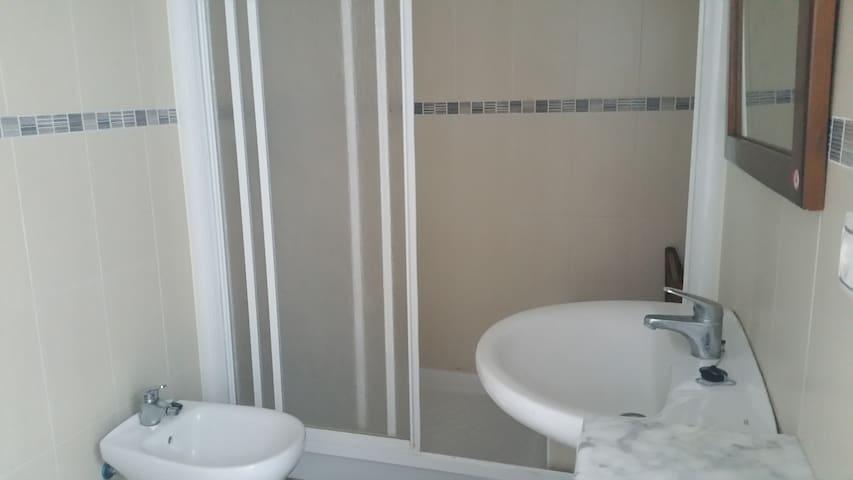 douche du bas avec bidet , toilette et lavabo