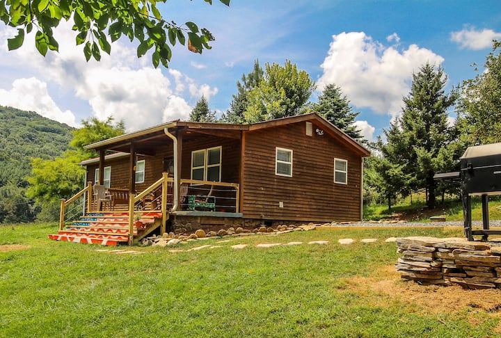 NOW BOOKING - Kickback Creek - Cabin On Babbling Creek, W/WIFI & Fire Pit!