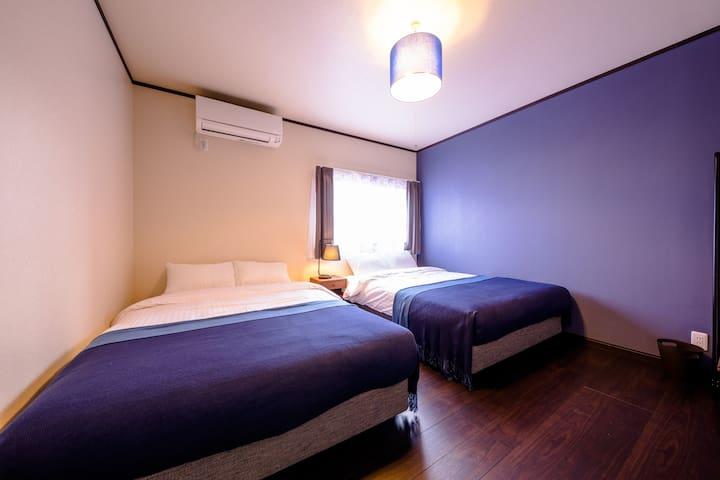 藍を基調とした寝室です。 こちらはダブルベッドを2台ご用意しております。