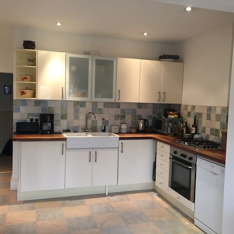 Cosy yet spacious four-double bedroomed house. - Bristol - House